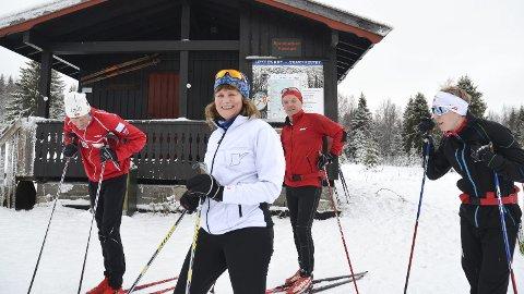 ENDELIG: Bill Ove Bjørsland (fra venstre), Kjersti Estenstad, Knut Andersen og Sondre Estenstad Bjørsland er godt fornøyd med at det er mulig å gå på ski i Svartholtet, selv om det fortsatt mangler noen centimeter snø før alle løypene kan tas i bruk.