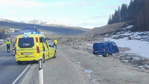 ENDTE I GRØFTA: Denne bilen endte kjøreturen i grøfta nord for Hanestad på rv. 3. Ingen personer ble skadet i utforkjøringen. (Foto: Ola Thorset)
