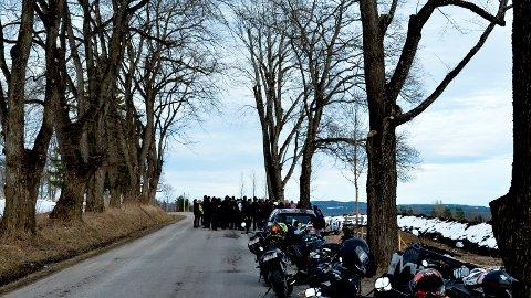 MINNEMARKERING: Familie og venner hadde torsdag kveld en minnemarkering i Hernes på stedet der 16-åringen døde. (Foto: Bjørn-Frode Løvlund)