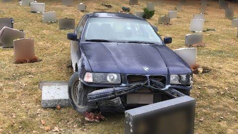 MEIDE NED GRAVSTØTTER: Denne bilen kjørte lørdag formiddag inn på kirkegården i Brumunddal. Sju gravstøtter fikk unngjelde. (Foto: Kai Ove Berg)