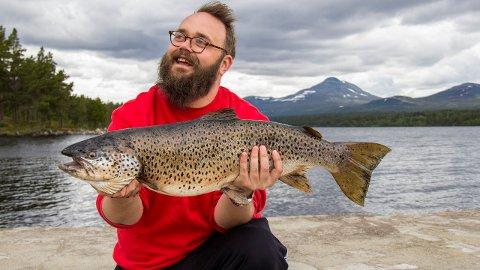 BEIST: Ørret på 6,7 kilo er ikke hverdags. Fredag ettermiddag smalt denne på stanga til Kenneth Berntsen. (Foto: Jan Ole Johnsgård)