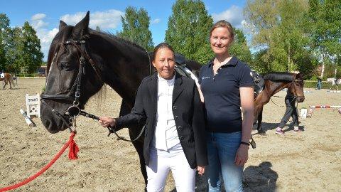 FØR START: Jeanette Nilsrud (til venstre) og Ane C. Kveseth, sammen med hesten Silja.
