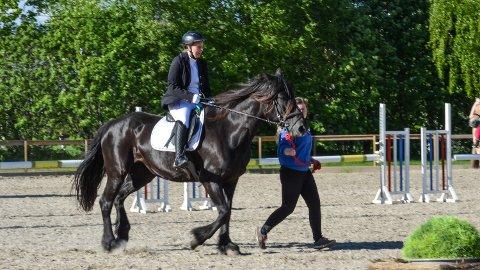 COMEBACK: Jeanette Nilsrud og hesten Silja i fullt trav under ridestevnet i Elverum 2. pinsedag. Medhjelperen er Malin Aasgård Nilsen.