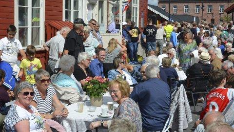 FULLT PÅ PERRONGEN: Trolig var det nærmere ett tusen frammøtte i Løten sentrum for å se og bli sett da Sommertoget kom.