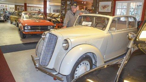 ENTUSIAST: Bjørn Monsbakken eier og driver Ådalsbruk motormuseum, her med en elegant Opel Olympia 1937-modell. Samlinga vokser stadig.