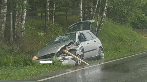 SMELL: Bilen som kjørte inn i bilen med henger, står nå i grøfta langs riksveg 25. (Foto: Ola Thorset)
