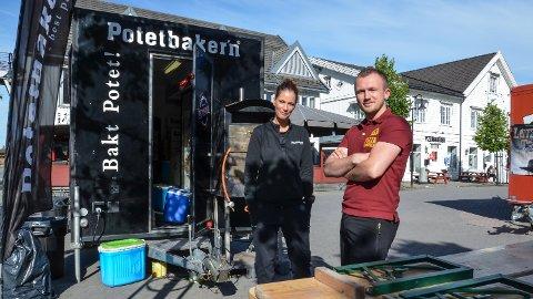 SAMARBEIDER: Regionansvarlig Heidi Dahlseng i Potetbaker'n og daglig leder Christian A. Eckbo i Pizzabakeren Elverum har funnet tonen.