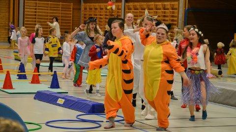 POPULÆRT: Kristine Stølen og Hanne M. Karlsen ledet toget av sambadansende turnere i Løtenhallen lørdag.