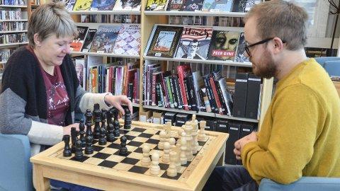 NYTT TILBUD: Inger Johanne Uri Thorkildsen og Marius Græsby tester de nye sjakkbordene på Løten folkebibliotek.