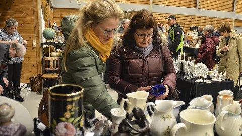 SAMLERE: Linda-Theres Trondsen og Torgunn Trondsen fant litt av hvert i Løtenhallen lørdag. Messa fortsetter søndag.