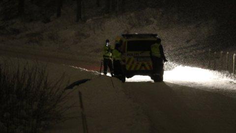 UNDERSØKTE: Politiet stilte seg opp i Fagerlundvegen i Brumunddal der de nektet folk å kjøre gjennom. Dette var for å sjekke noen tips i forbindelse med forsvinningssaken til Janne Jemtland.