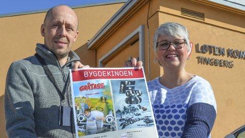 FÅR SKRYT: Kultursjef Bente Hagen og Bjørnar Bjørke Olsen i Løten kommune fortsetter med bygdekino også i 2018. Her fra åpningsdagen i april i fjor.