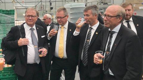 PRØVESMAKER: Løiten Aquavitens Venner har testet den nye juleakevitten; fra venstre Egil Vold, Geir Habberstad, Tore Emilsen og Arne Erik Myhre. (Foto: Privat)