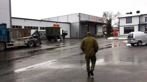 FORSVARET: Personell fra Forsvaret er nå inne på området til Stensli gjenvinning i Brumunddal, der det er funnet en kasse med dynamitt.