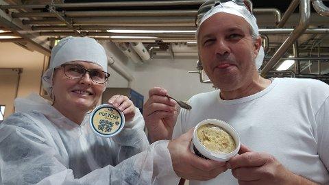 NAM ...: Ingen tvil om at den internasjonale pultostsuksessen har falt i smak hos Knut Norstrøm, produksjonsleder på TINE-meieriet i Nybergsund. Her sammen med meierisjef Ellen Tanum.