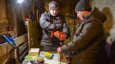 TROSSER HANDIKAP: Eivind Birkevold (18) er en racer til å lage fuglekasser sammen med pappa Jon Einar.