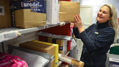 FULLE HYLLER: Tina Fjeld Mikkelsen stabler postpakker hos Joker Brenneriroa i Løten.