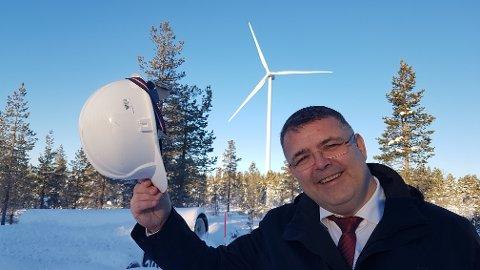 HJELMEN AV: Olje- og energiminister Kjell-Børge Freiberg tok mandag hatten - eller hjelmen - av for Raskiftet vindkraftverk, da han onsdag offisielt åpnet vindmølleparken i Trysil og Åmot kommuner.