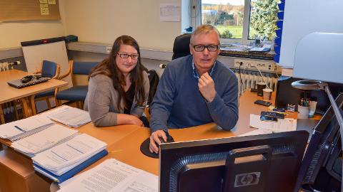 TRIPPEL KLAGEBEHANDLING: Marthe Westrum og Svein Kåre Hovde på Elverum kommunes eiendomsskattekontor.