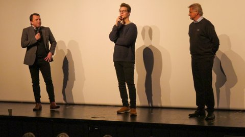 OVERRASKET: Tom Stræte «Matoma» Lagergren (midten), Erik Brinch Lund (t.v.) og Hallgeir Sletten (t.h.) avslørte mandag at det er opprettet et nytt fond i Solør. Hvert år skal det deles ut hele 50. 000 kr til barn og unge i Solør. Foto: Christina Haga Ommestad