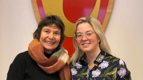 KUNSTGAVE: Wenche Sæthre Høye fra Sparebanken Hedmarks Kunstfond kom med årets julegave til Løten kommune ved ordfører Bente Elin Lilleøkseth.