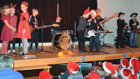 JULEROCK: Onsdag var det juleforestilling på Lund skole i Løten.