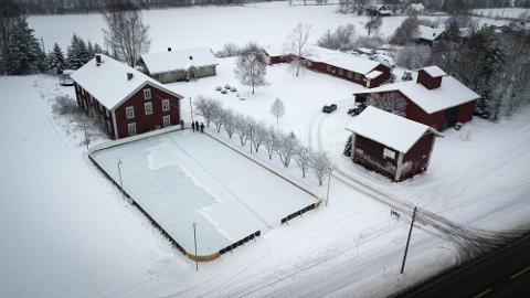 IMPONERENDE ANLEGG: Slik ser ishockey-rinken til Per Christian Bronken i Heradsbygd ut. 40-åringen har brukt over 300 timer på å bygge det imponerende anlegget.
