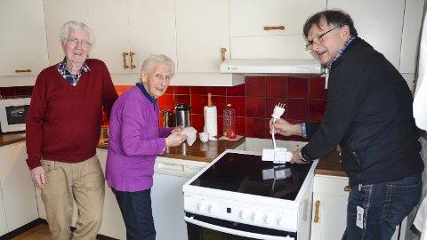 SIKKERHET: Erik Reiersen fra Elsikkerhet Norge AS monterte komfyrvakt hjemme hos Inger og Rolf Rosenlund i Løten, som en del av en landsdekkende sikkerhetskampanje. I nye boliger er komfyrvakt påbudt.