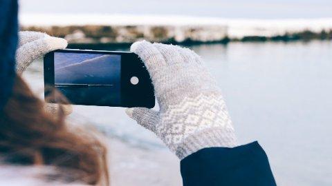 GRADVIS OPPVARMING: – Det enkleste og beste er å legge mobilen i en kjølig yttergang i når du kommer hjem, og så hente den inn i stua senere, sier Sefin Adam. Foto: Pressebilde/ANB