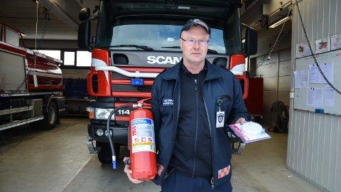 BRANNVERN: En fritidsbolig har samme lovpålagte krav til røykvarsler og slokkeutstyr som en vanlig bolig. Det påpeker utrykningsleder Rune Lersveen ved Løten brannstasjon.
