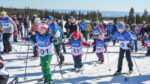 FULL FART: Om lag 140 ivrige deltakere stilte til start på Risses påskeskirenn for barn på Budor lørdag.