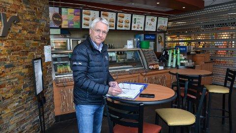 PÅ BEFARING: Advokat Geir Langhelle i den stengte Subway-restauranten i Elverum.
