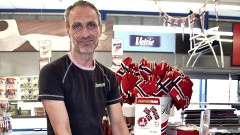 SESONGENE STYRER: I disse maidager blåser det et rødt, hvitt og blått sus over Europris i Elverum. Butikksjef Robert Aker fyller på med flere flagg.