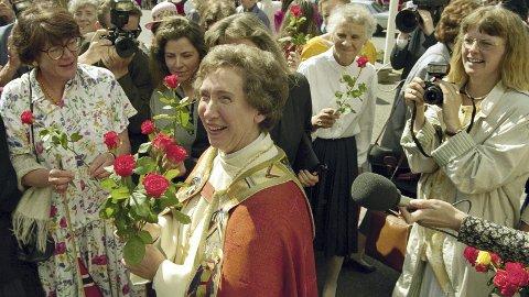 FØRST UTE: Rosemarie Köhn ble hyllet utenfor Hamar domkirke etter vigslingsgudstjenesten Kristi Himmelfartsdag 1993. Mange gråt, og det strømmet på med blomster til Nordens første kvinnelige biskop. Foto: Scanpix
