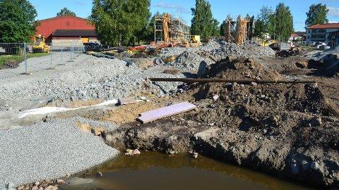 FANT SØPPEL: Det graves i Løten sentrum, der ny jernbaneundergang på fylkesveg 166 skal stå klar neste sommer.