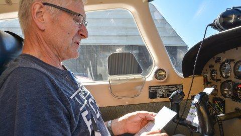SJEKK: En del av prosedyren er å gå gjennom en lang liste med sjekkpunkter før pilot Ole Langholen kan ta av.