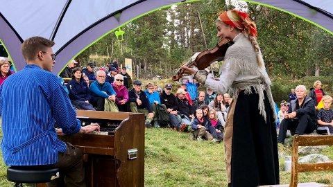 UNDERHOLDNING: Det var underholdning på Gutulisetra i helga. Her er det Sigrid Stubsveen som underholder med musikk. Foto: Knut Eggen