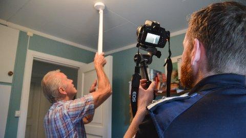 TESTER: James Mercer filmer mens Johnny Johansen sjekker at det er liv og lyd i røykvarsleren.