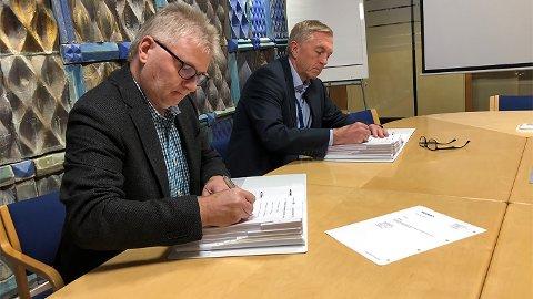 KONTRAKTSIGNERING: Prosjektsjef Magnar Myklatun i Skanska og direktør Oddleiv Sæle i Eidsiva Vannkraft signerer kontrakten om byggingen av Tolga kraftverk.