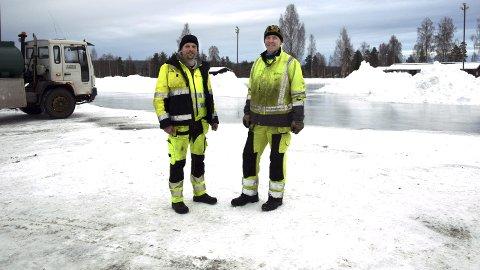 PÅ JOBB: Gard Langholen og Knut Stormoen i Elverum kommune sørger for flott skøyteis på Fylken. Men å teste isen? – Det overlater vi til dem som er litt yngre, ler de.