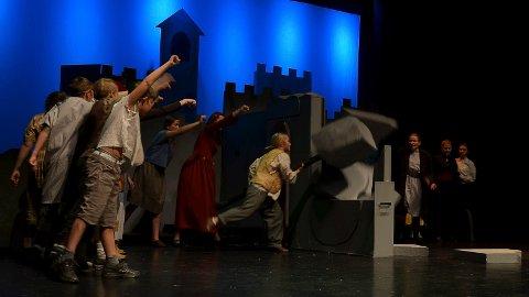 OPPRØRET: Muren mellom menneskene rives, selve kjernen i Elverum barnemusikkteaters forestilling «Robin Hood og den magiske søvpilen». (Foto: Bjørn-Frode Løvlund)