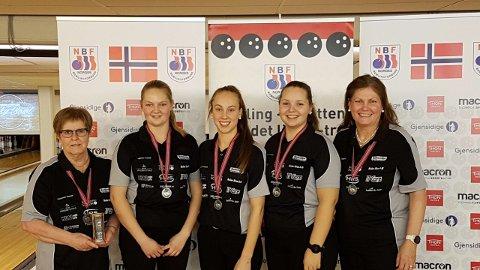 SØLVJENTER:  Fra venstre Anita Meiningen, Jenny Mathiesen,  Nora Kjellås, Andrea Kvernhusløkken og Elin Mathiesen sikret sølv i ag-NM til Solør BK.