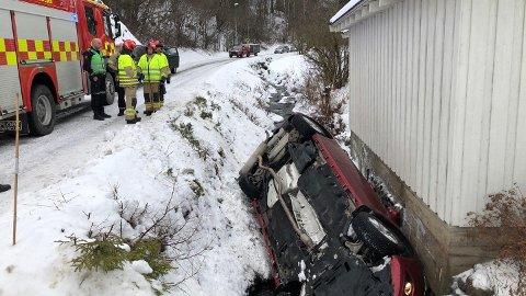 På taket: Bilen havnet på taket etter å ha kjørt av Ellefsætervegen i Veldre