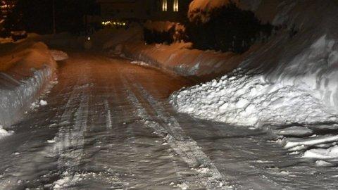 SNØ I VEIEN: Flere steder i Sandefjord har noen måket snøen fra sin egen eiendom og ut i gata, som er en offentlig vei. Foto: Privat