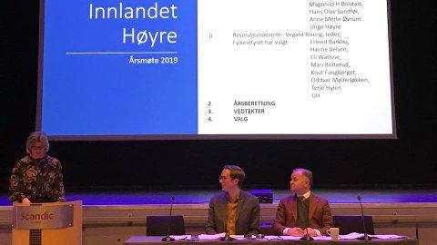 ANGRER IKKE: Fylkesleder Lise Berger Svenkerud under åpningen av fylkesårsmøtet i Innlandet Høyre. Her sammen med ordstyrerne Kristian Tonning Riise og Olemic Thommessen.