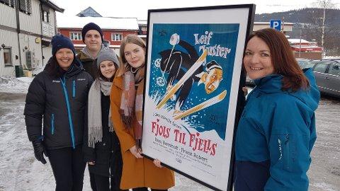 KLARE: Sigve Øren Myhre, Ane Marie Sletten og Elin Martinsen skal alle bidra i produksjonen av storfilmen Fjols til fjells, som begynner 4. mars. Her er de sammen med Turid Backe-Viken, salgs og markedssjef i Skistar, og Gudrun Sanaker Lohne, daglig leder i Destinasjon Trysil.