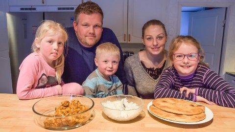 NYE VANER: På kjøkkenet hos Stian og Camilla Westli i Løten går mer av maten i magen og mindre i søpla, etter at familien lærte seg matvettreglene. Barna er Linus (3), Andrine (5) og Martine (8).