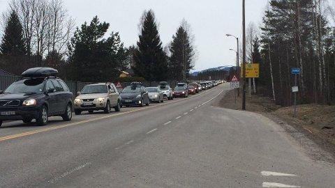 TA DET PENT: Fredag blir det kø på norske veier i retning påskefjellet, slik det var på riksveg 3 inn mot Elverum for noen år siden.