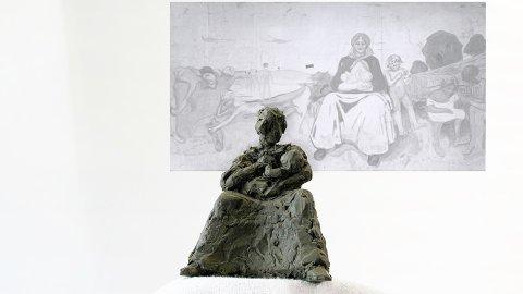 MODELL: Slik blir skulpturen som skal stå på torget i Løten sentrum. Bak er Munchs kjente Alma Mater-motiv.