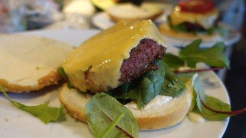 NYTT BURGER-ALTERNATIV: Slik kan en ferdig tilberedt burger se ut ... Men så hva det smaken, da. Foto: Rikke Monsen, Nettavisen
